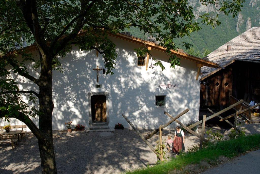 romatik-hotel-grottnerhof-courtyard4-south-tyrol-PvF